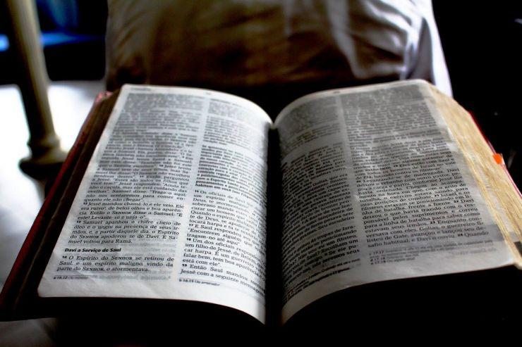 Blick in eine aufgeschlagene Bibel